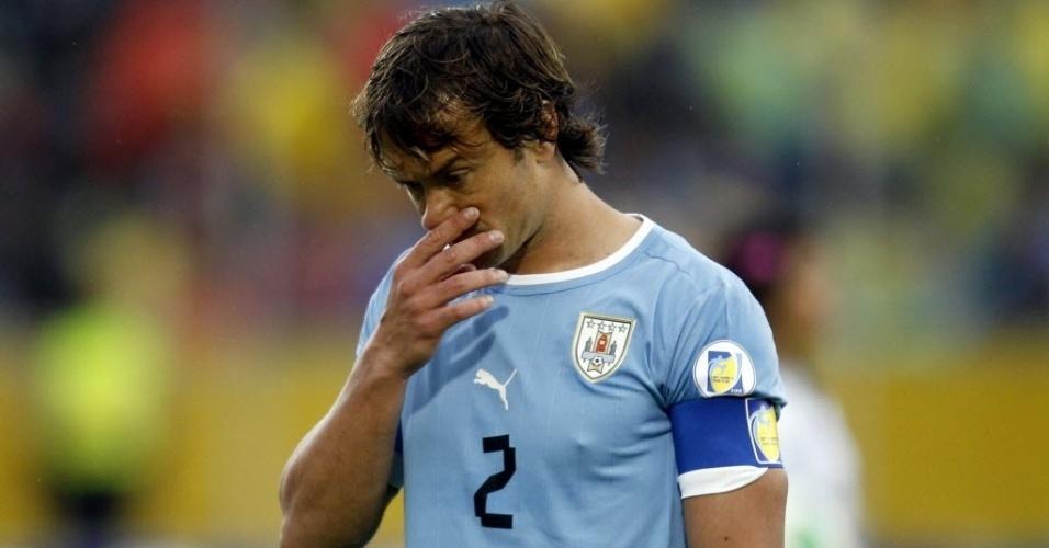 11.out.2013 - Diego Lugano caminha cabisbaixo após o fim do primeiro tempo da partida entre Uruguai e Equador, pelas eliminatórias da Copa-2014; uruguaios perderam por 1 a 0