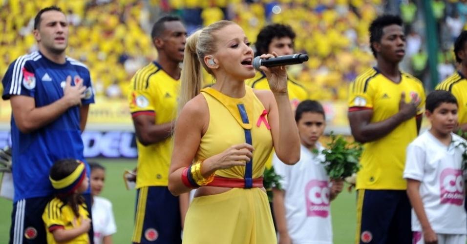 11.out.2013 - Fanny Lu, artista colombiana, canta o hino nacional de seu país antes da partida contra o Chile