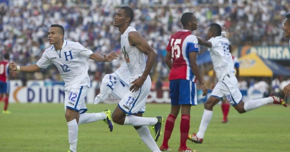 11.out.2013 - Jogadores de Honduras comemoram gol marcado por Jerry Bengtson contra a Costa Rica em jogo das Eliminatórias da Concacaf
