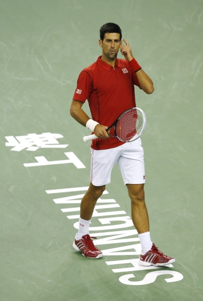 11.out.2013 - Novak Djokovic faz sinal durante a partida contra Gael Monfils em Xangai