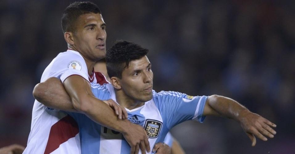 11.out.2013 - Sergio Agüero (d), atacante da Argentina, disputa a bola com Ballon, do Peru, em partida das eliminatórias da Copa-2014; argentinos venceram por 3 a 1