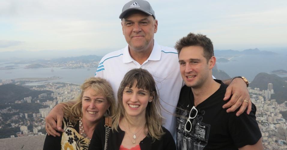 11.out.2013 Oscar Schmidt posa com a família durante visita ao Cristo Redentor, no Rio de Janeiro