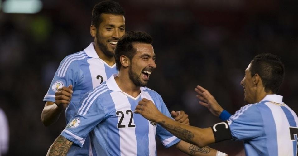 11.out.2013 - Lavezzi comemora depois de marcar para a Argentina contra o Peru em partida das eliminatórias da Copa-2014; argentinos venceram por 3 a 1