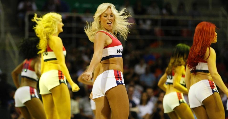 12.10.2013 - Cheerleader do Washington Wizards esbanja sensualidade durante a partida contra o Chicago Bulls, no Rio de Janeiro