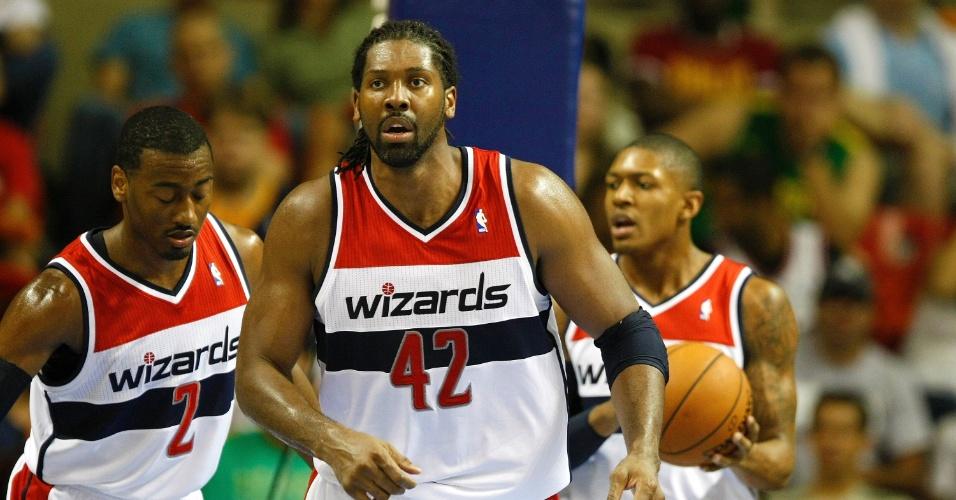 12.10.2013 - Nenê, uma das atrações do Washington Wizards, caminha em quadra acompanhado de seus companheiros