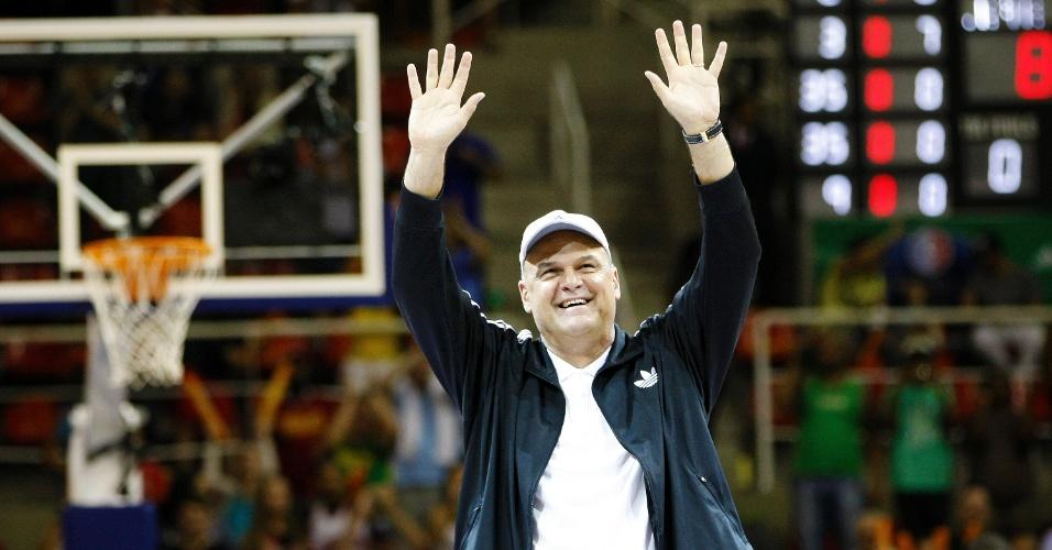 12.10.2013 - Oscar, ídolo do basquete brasileiro, é aclamado na HSBC Arena, no Rio de Janeiro, antes do jogo entre Bulls e Wizards
