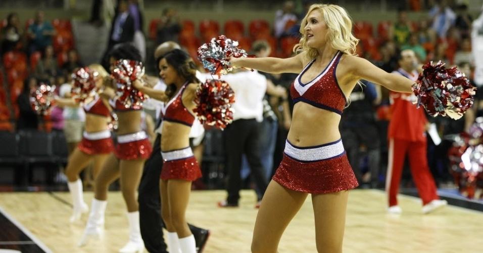 12.out.2013 - Antes de Chicago Bulls e Washington Wizards jogarem no Rio de Janeiro, cheerleaders fizeram apresentação na HSBC Arena