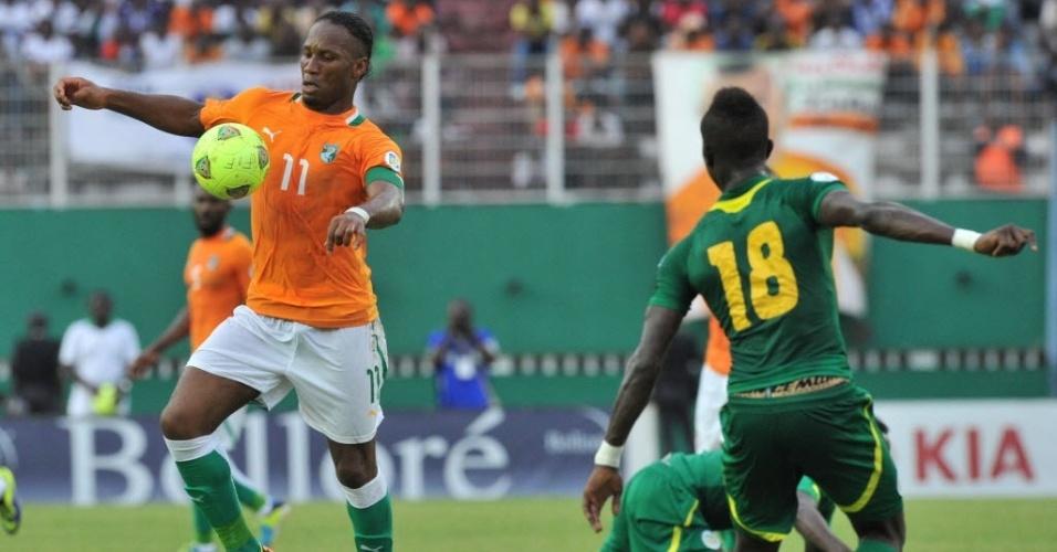 12.out.2013 - Didier Drogba (e), capitão de Costa do Marfim, marcou o primeiro gol contra o Senegal nas eliminatórias da Copa-2014; marfinenses venceram por 3 a 1