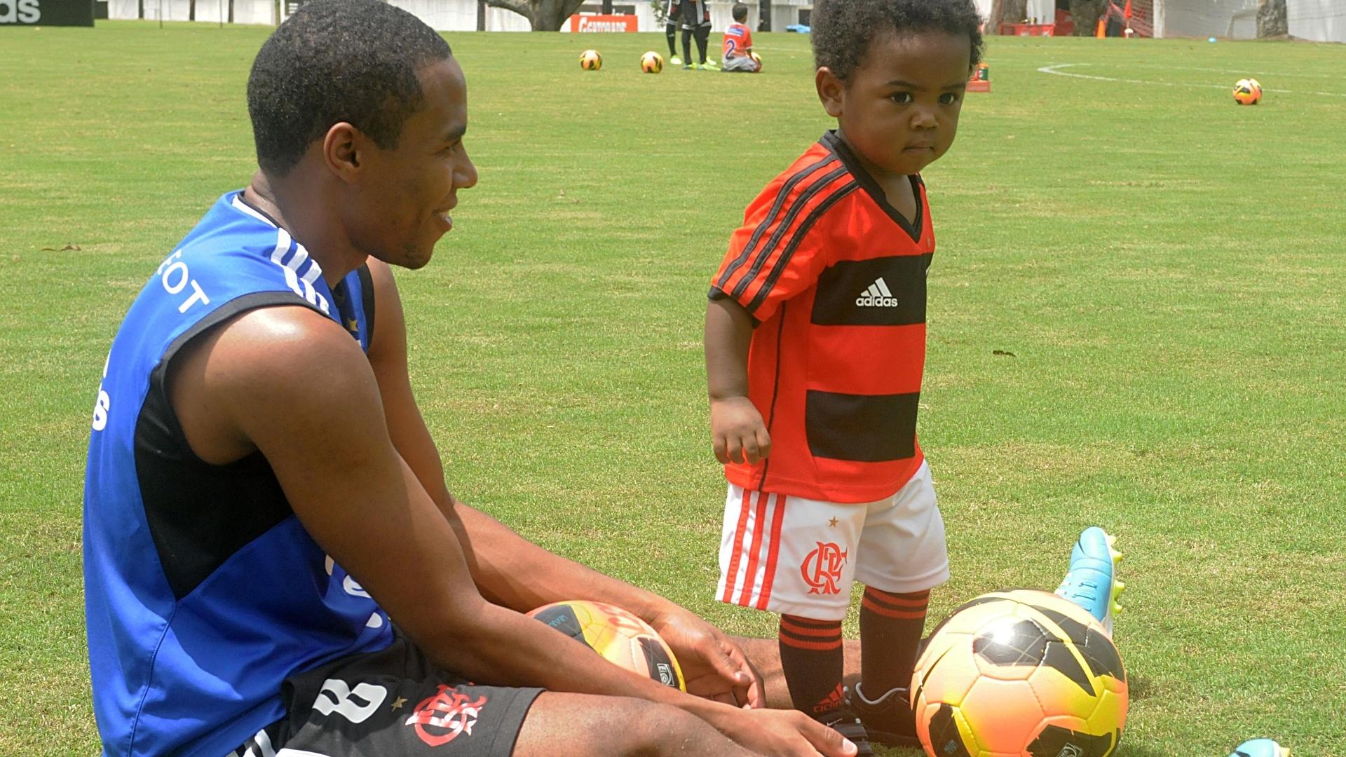 12.out.2013 - Elias, volante do Flamengo, leva o filho ao treino do time na Gávea. O garotou roubou a atenção na sessão deste sábado