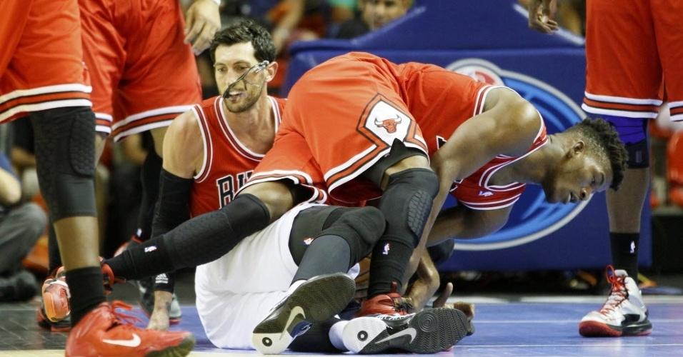 12.out.2013 - Em briga intensa pela bola, até o jogador Kirk Hinrich, do Chicago Bulls, perdeu os óculos