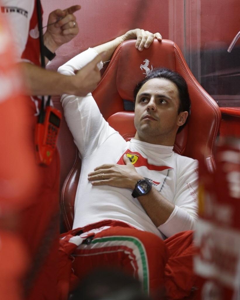 12.out.2013 - Felipe Massa deita nos boxes antes do treino de classificação em Suzuka