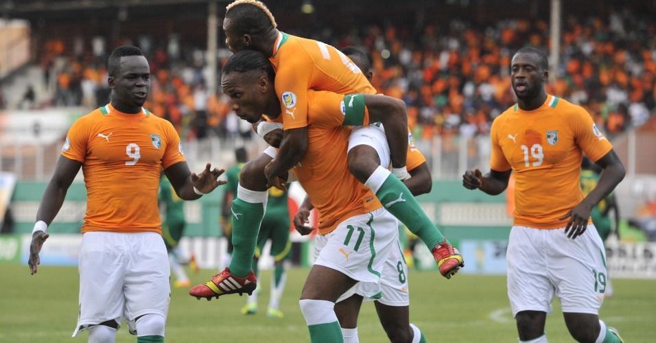 12.out.2013 - Jogadores da Costa do Marfim comemoram gol durante jogo contra Senegal nas eliminatórias da Copa-2014; marfinenses venceram por 3 a 1