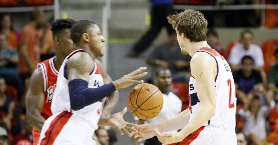 12.out.2013 - Jogadores do Washington Wizards tentam ficar com a bola em partida da NBA no Brasil