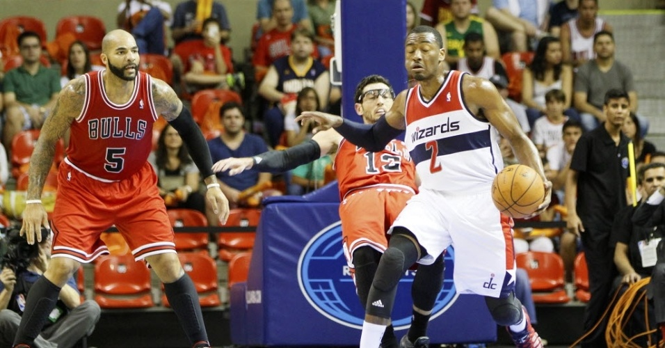 12.out.2013 - John Wall, do Washington Wizards, protege a bola em partida da NBA no Brasil