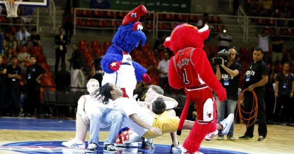 12.out.2013 - Mascotes de franquias da NBA dão show antes de primeiro jogo da liga no Brasil