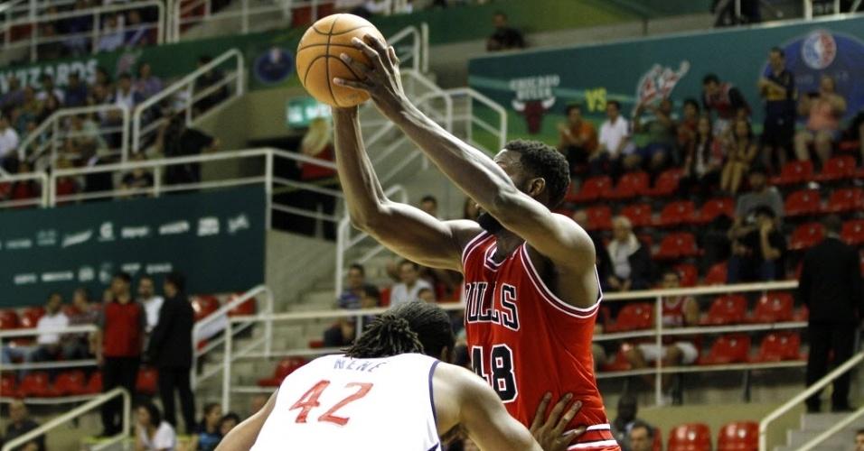 12.out.2013 - Nazr Mohamed, do Chicago Bulls, tenta jogada contra o brasileiro Nenê em jogo da NBA no Brasil