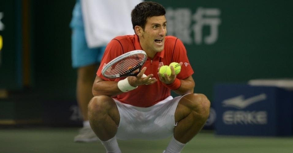 12.out.2013 - Novak Djokovic briga com o árbitro de cadeira durante as semifinais na China