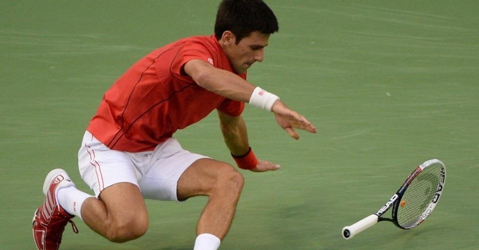 12.out.2013 - Novak Djokovic chegou a torcer levemente o tornozelo durante o duelo contra Jo-Wilfried Tsonga