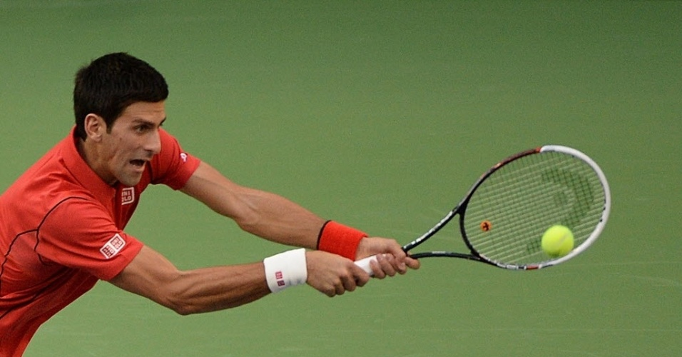 12.out.2013 - Novak Djokovic rebate bola nas semifinais de Xangai contra Jo-Wilfried Tsonga
