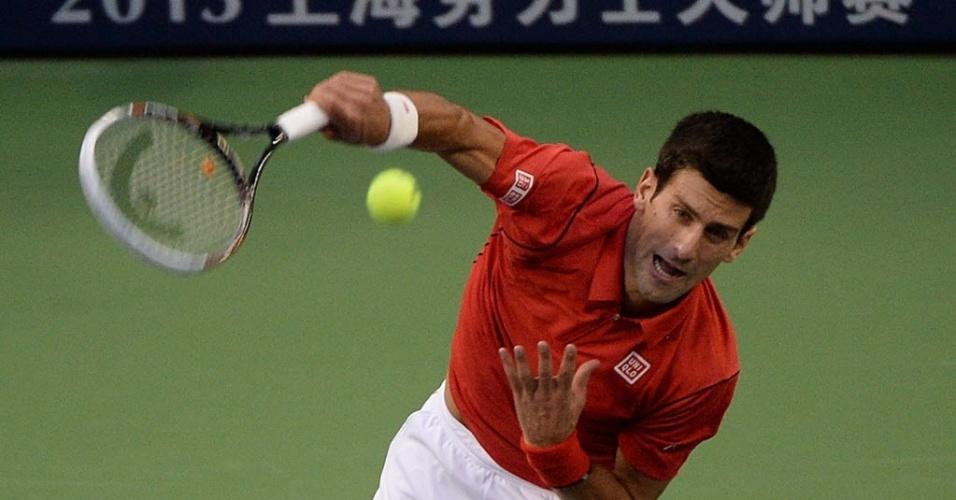 12.out.2013 - Novak Djokovic saca nas semifinais de Xangai contra Jo-Wilfried Tsonga
