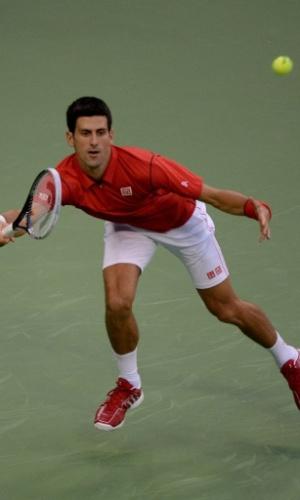 12.out.2013 - Novak Djokovic tenta alcançar golpe nas semifinais de Xangai contra Jo-Wilfried Tsonga