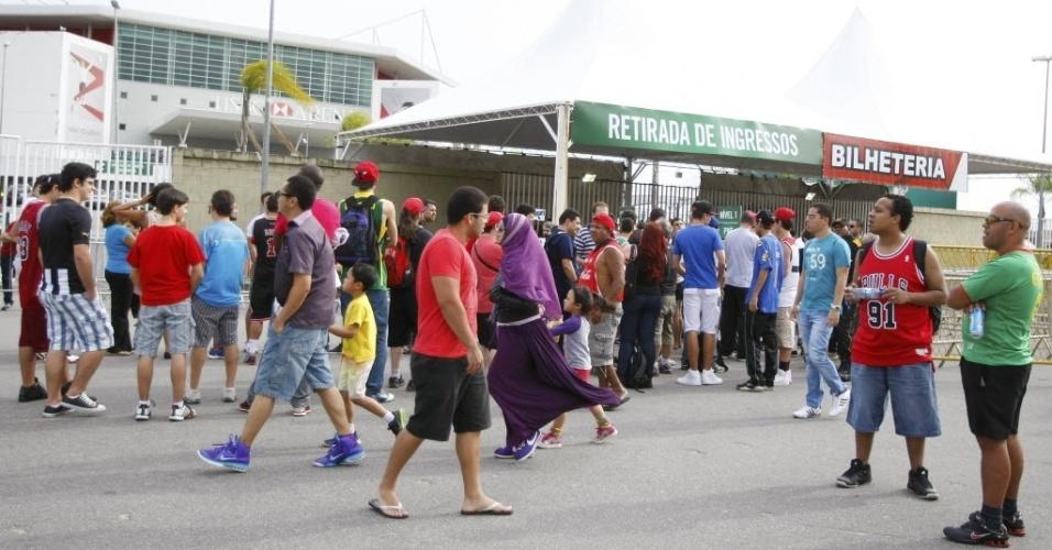 12.out.2013 - Público cerca a HSBC Arena, no Rio de Janeiro, antes do jogo entre Chicago Bulls e Washington Wizards