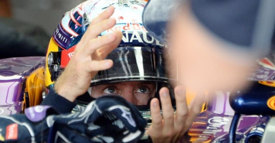 12.out.2013 - Sebastian Vettel dentro de sua Red Bull nos boxes durante o treino para o GP do Japão