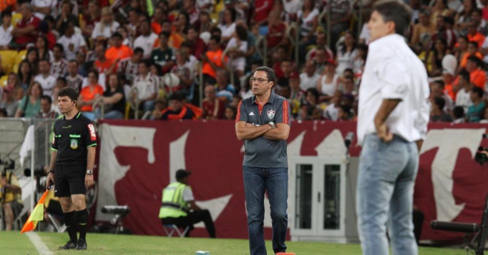 12.out.2013 - Vanderlei Luxemburgo (esq.) e Renato Gaúcho orientam os seus times durante partida entre Fluminense e Grêmio pelo Brasileirão