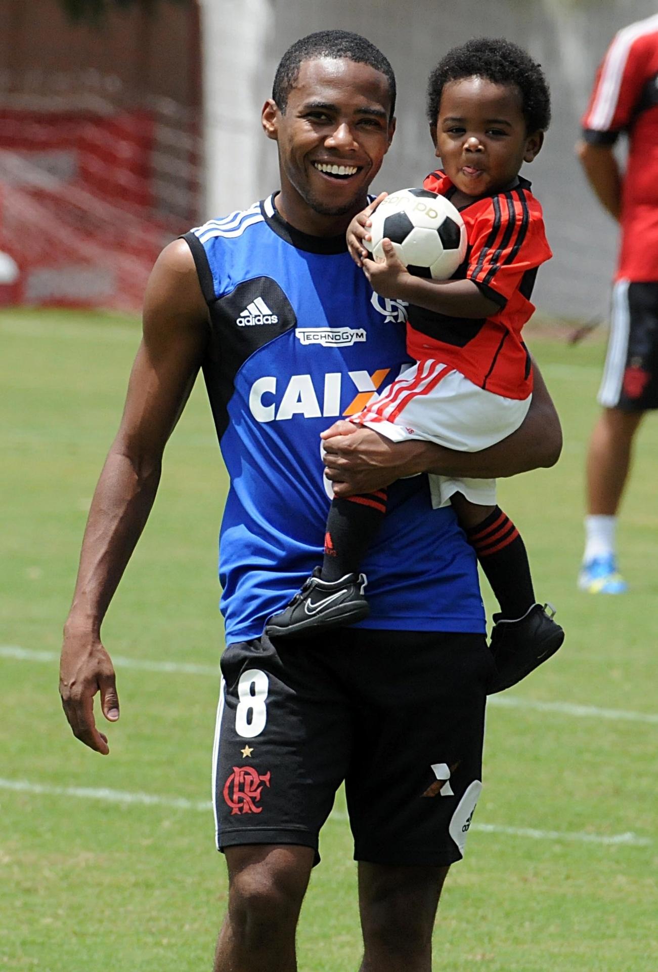 12.out.2013 - Volante Elias levou o filho ao treino do Flamengo neste sábado, dia das crianças e véspera do clássico contra o Botafogo