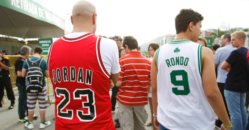 Com camisas de times da NBA, torcedores aguardam abertura dos portões para ver Bulls e Wizards