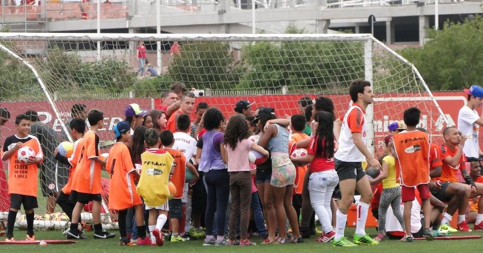 Crianças cercam D'Alessandro após treino do Inter no CT do Parque Gigante no Dia das Crianças (12/10/2013)