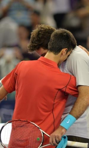13.out.2013 - Djokovic e Del Potro se abraçam após a final de Xangai