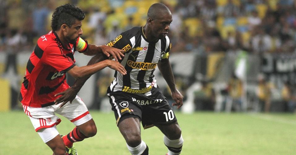 13.out.2013 - Léo Moura tenta roubar a bola de Seedorf durante partida entre Flamengo e Botafogo pelo Brasileirão