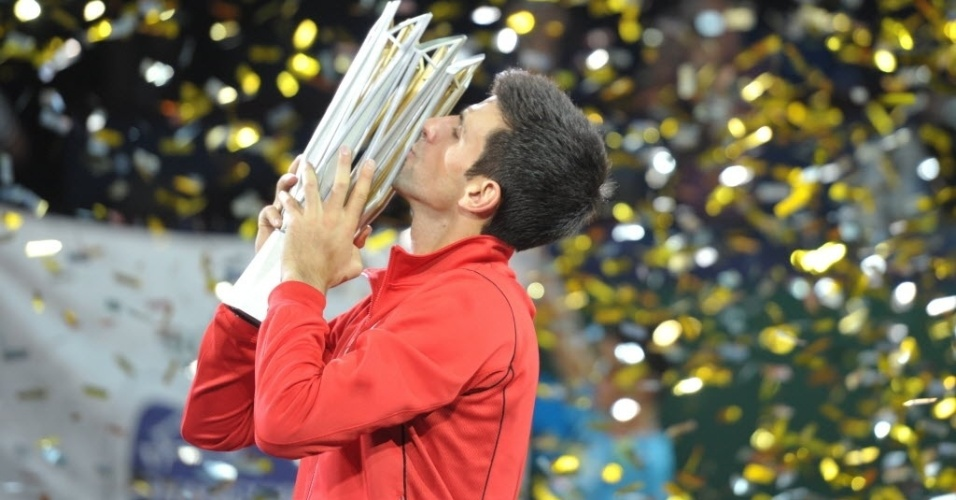 13.out.2013 - Novak Djokovic beija o troféu do Masters 1000 de Xangai conquistado neste domingo