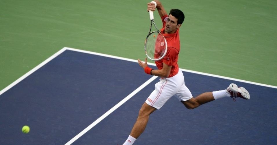 13.out.2013 - Novak Djokovic dá voleio durante a decisão do Masters 1000 de Xangai