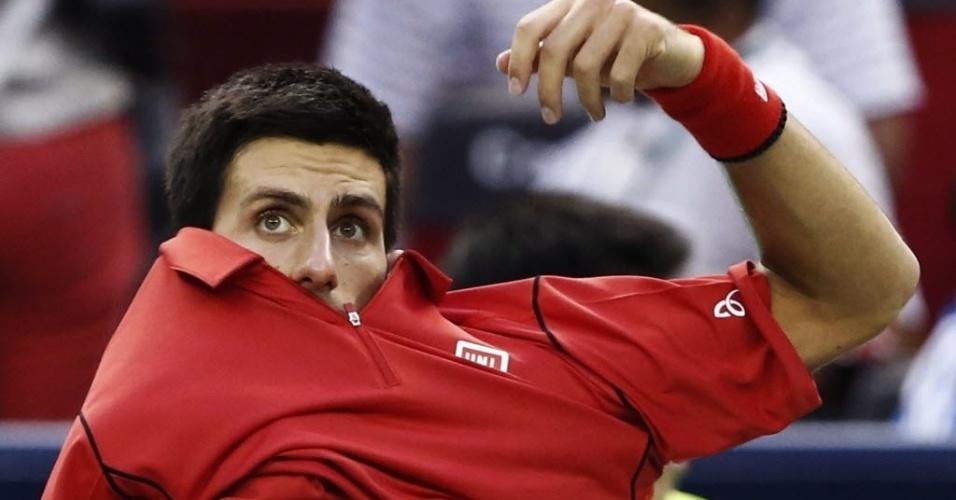 13.out.2013 - Novak Djokovic se prepara para o início da decisão em Xangai