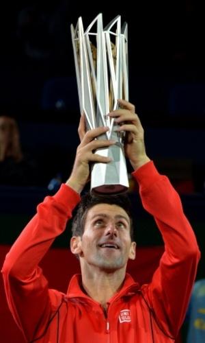 13.out.2013 - Novak Djokovic sorri ao levantar a taça do Masters 1000 de Xangai