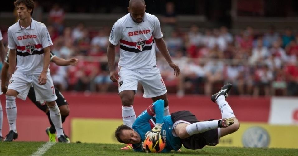 13.out.2013 - Rogério Ceni faz a defesa na partida do São Paulo contra o Corinthians pelo Brasileirão
