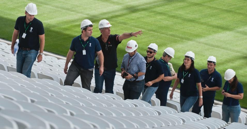 13.out.2013 - Técnicos da Fifa e do COL (Comitê Organizador Local) vistoriam instalações do novo estádio do Corinthians