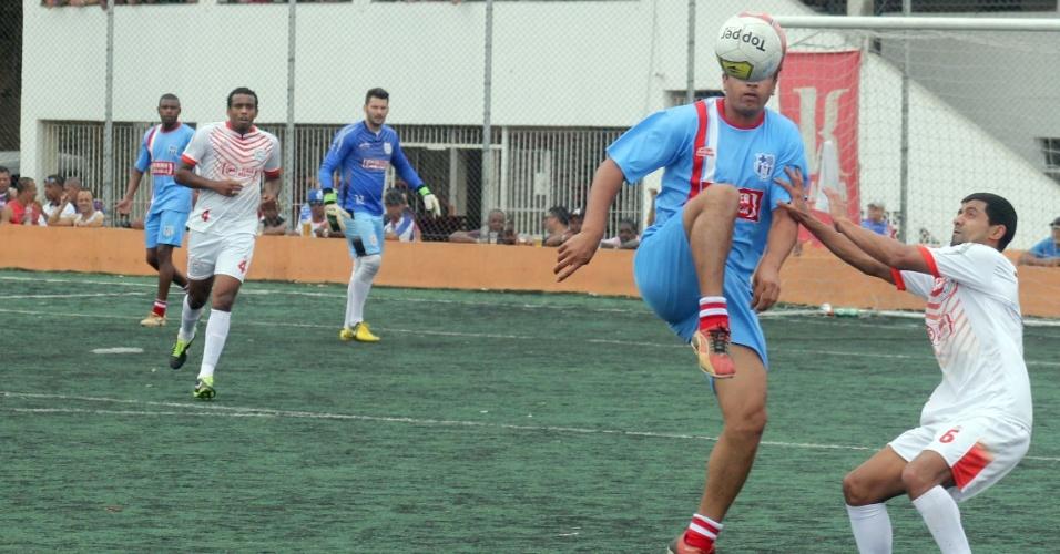Jogador do Primos domina bola na frente de atleta do Classe A pela semifinal da Série B da Copa Kaiser