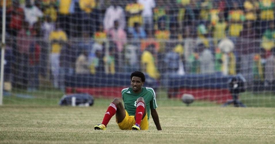 Jogador etíope lamenta derrota do time em casa após gol sofrido aos 45 min do segundo tempo