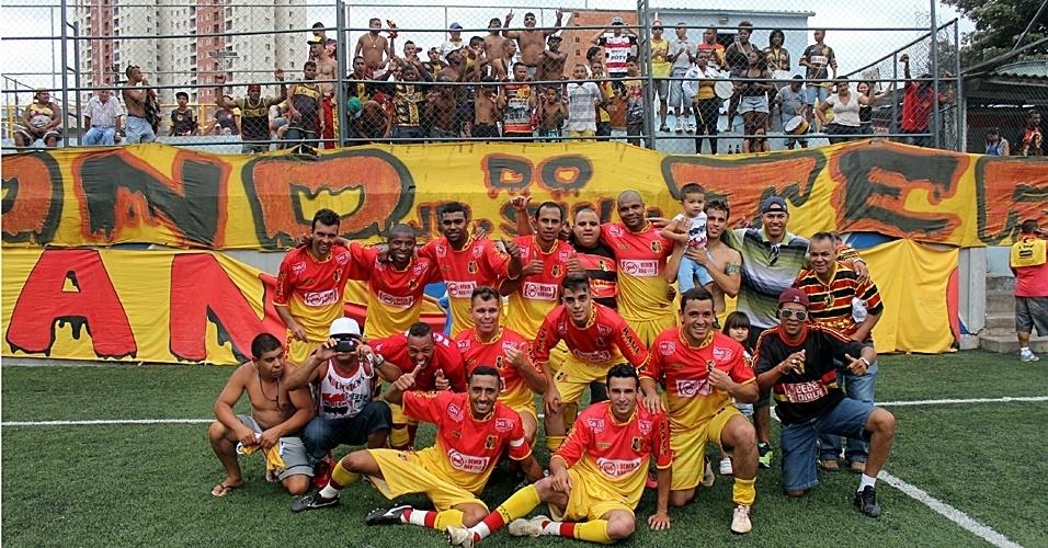 Jogadores do Santa Cruz comemoram vitória sobre Metalúrgico nos pênaltis. Final da Série B será disputada semana que vem