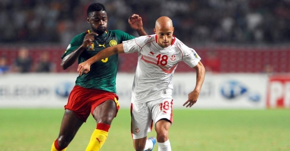13.out.2013 - Yasseine Mikeri, da Tunísia, é marcado por Bilong Song, de Camarões, durante empate sem gols pelas eliminatórias da Copa-2014