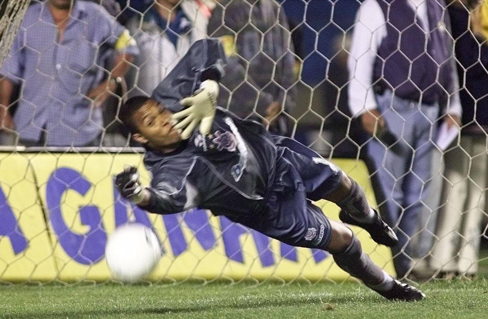 14.10.2013 - Dida, goleiro do Corinthians, se estica para defender o pênalti cobrado por Raí em 1999