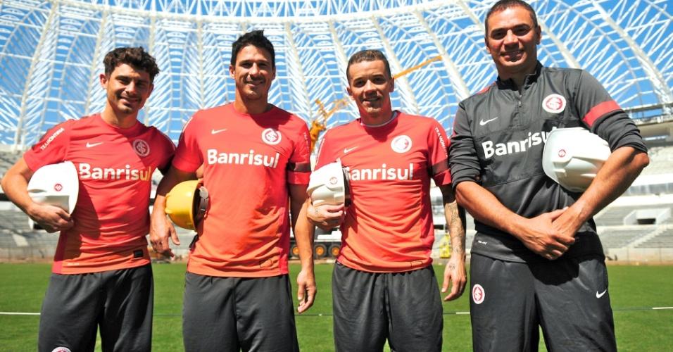 Meia Alex, zagueiro Índio, meia D'Alessandro e o técnico Clemer conheceram as obras de reforma do estádio Beira-Rio, do Internacional (14/10/2013)