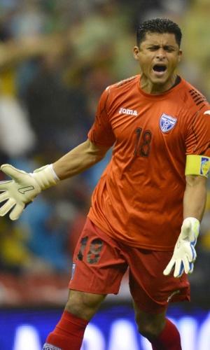 06.set.2013 - Noel Valladares, goleiro de Honduras, comemora um dos gols na partida contra o México pelas eliminatórias da Copa-2014