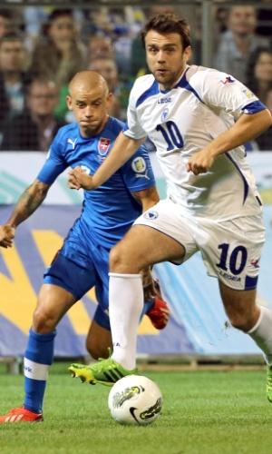 06.set.2013 - Zvjezdan Misimovic (nº 10), da Bósnia, escapa da marcação de Vladimir Weiss durante partida contra a Eslováquia pelas eliminatórias da Copa-2014