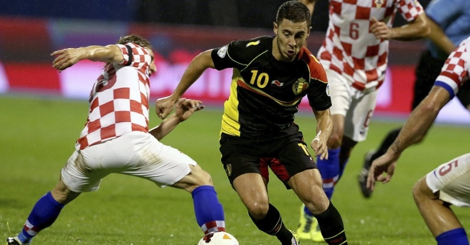 11.out.2013 - Eden Hazard (c), da Bélgica, passa por marcador croata durante partida pelas eliminatórias da Copa-2014