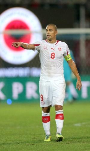 11.out.2013 - Gökhan Inler orienta seus companheiros da Suíça durante jogo contra a Albânia pelas eliminatórias da Copa-2014