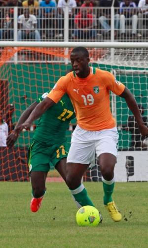 12.out.2013 - Yaya Touré, da Costa do Marfim, domina a bola durante partida contra Senegal pelas eliminatórias da Copa-2014; marfinenses venceram por 3 a 1